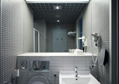 bathroom-interior-PTSQMC9